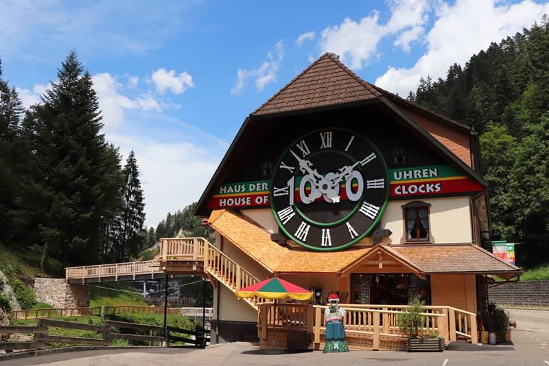 Große Kuckucksuhr am Haus der 1000 Uhren in Triberg