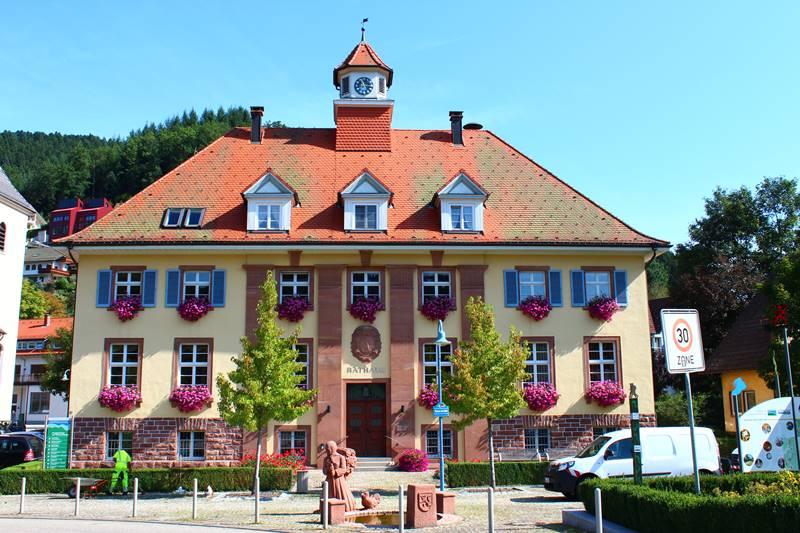 Rathaus in Oberwolfach mit wunderschönem Blumenschmuck